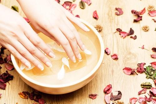 Gợi ý cách chăm sóc móng tay bị hư tổn bằng nguyên liệu tự nhiên